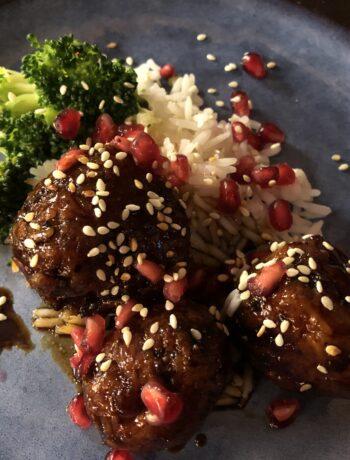 Kippengehaktballetjes met gember en granaatappelpitjes