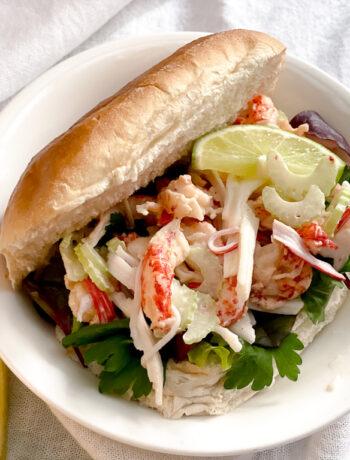 Lobster roll van surimi en rivierkreeftjes