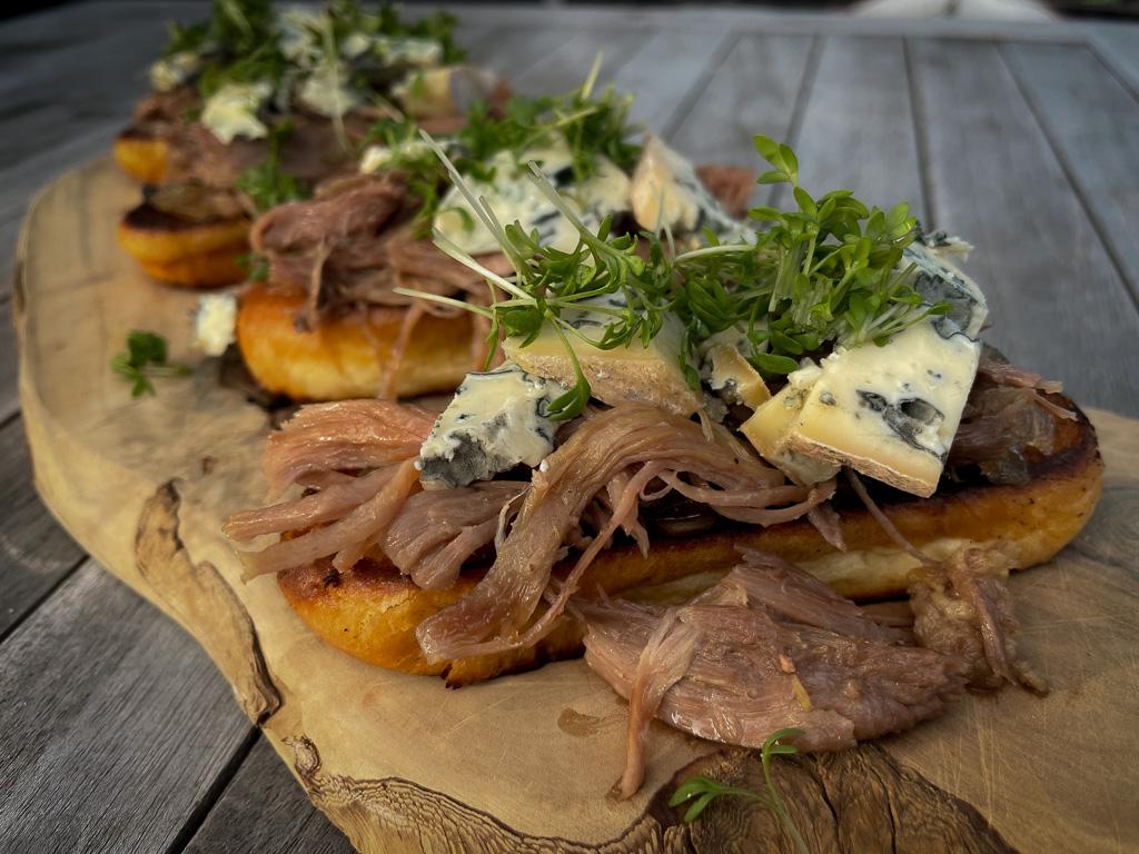 brioche met eend en blauwe kaas